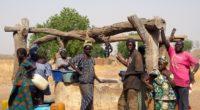 Villageois sénégalais autour d'un puit.