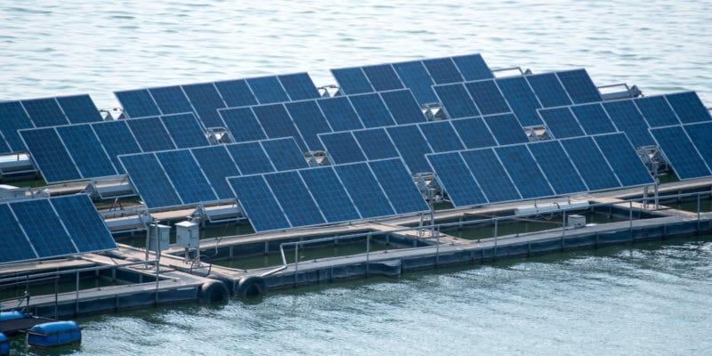 SEYCHELLES : premiers panneaux solaires flottants d'Afrique en cours d'installation © Power Up/Shutterstock