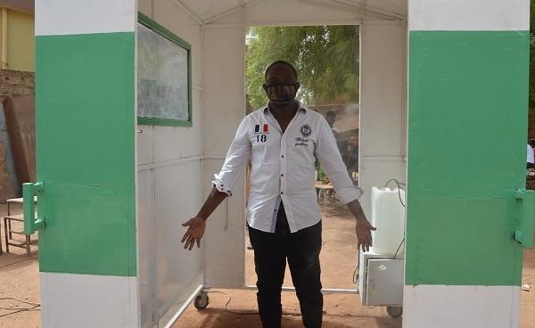 BURKINA FASO : un entrepreneur fabrique un désinfecteur corporel alimenté au solaire©Mahomed Billa