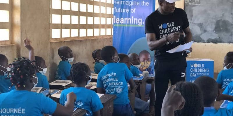CAMEROON: Fabrice Ondoua talks about the environment to schoolchildren in the East of the country ©unicefcameroon/Shutterstock