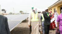 NIGERIA : la REA inaugure un mini-grid solaire hybride de 100 kWc à Adebayo© REA