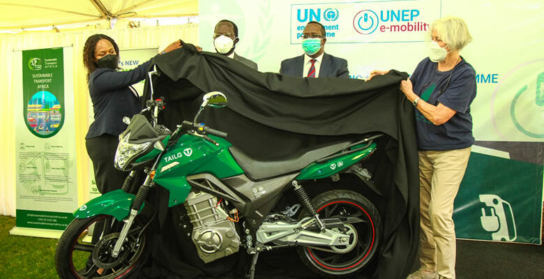 KENYA: UNEP introduces its first electric motorbikes in urban transport© PNUE