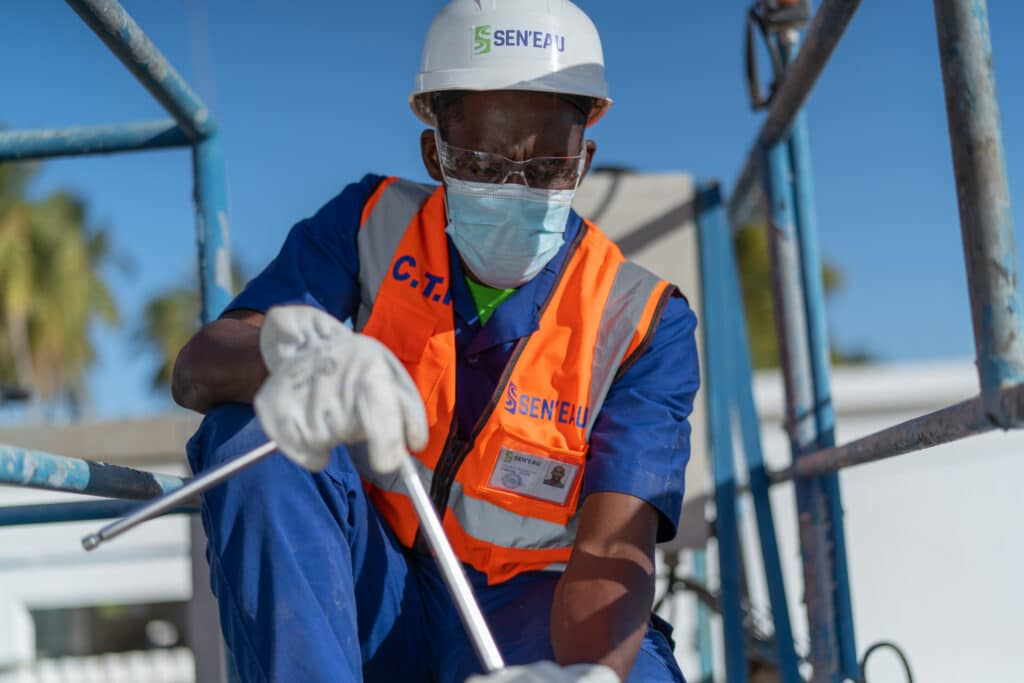 Sénégal, collaborateur de SEN'EAU en train de travailler dans une usine de production d'eau potable – Crédit photo LayePro